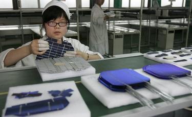 Una trabajadora en una planta de propiedad del Grupo Himin   EFE