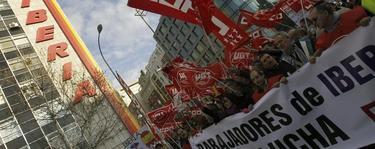 Manifestantes en la sede madrileña de Iberia. | Efe