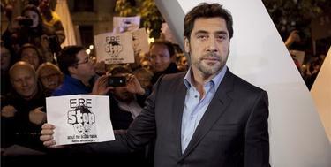 Javier Bardem con un cartel de ERE-Stop | Archivo