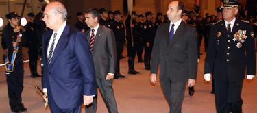 Fernández Díaz pasa revista a los agentes de la Policía. | Min. Interior