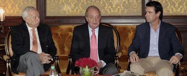El Rey D. Juan Carlos junto a Margallo y Soria este sábado en Nueva Dehli, antes de partir de vuelta a España   EFE