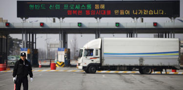 Un oficial surcoreano, en el paso fronterizo de Paju. | Cordon Press