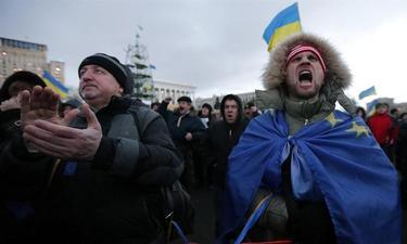 Varias personas participan en una manifestación a favor de la integración de Ucrania en la UE. | EFE