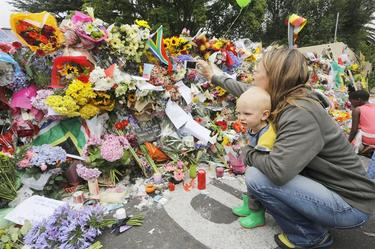 Cientas de personas muestran su dolor y agradecimiento a Mandela | Efe