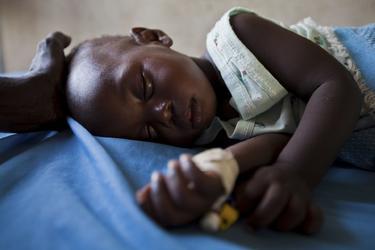 Una niña con malaria en Sudán. | Cordon Press