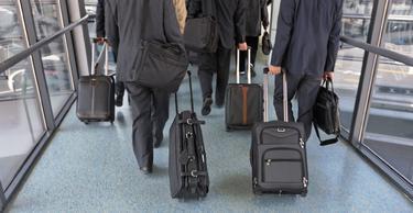 Hombres de negocios, en el aeropuerto de Pekín. | Corbis