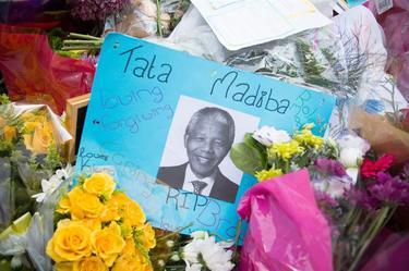 Homenaje a Mandela frente a su casa.| Archivo