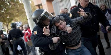 La Policía reduce a un manifestante | EFE