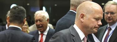 Margallo, al fondo, con su homólogo británico, Willian Hague, en primer término | EFE