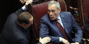 Silvio Berlusconi, con el presidente del Senado, Pietro Grasso, durante la primera votación. | Efe