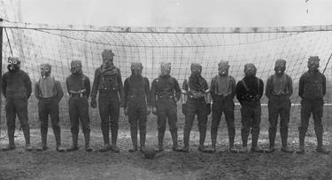 Soldados ingleses jugando un partido de fútbol con máscaras antigás en el norte de Francia en 1916. | Wikipedia/Bibliothèque nationale de France