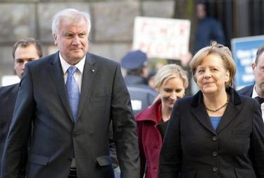 El presidente de la Unión Cristianodemócrata (CDU), Horst Seehofer y Merkel llegan a la sede socialdemócrata | Efe