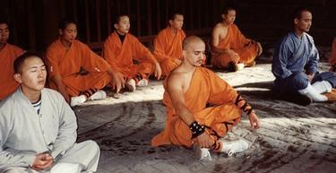 El falso monje shaolín, en el centro de la imagen