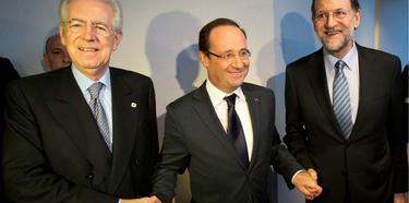 Mario Monti, François Hollande y Mariano Rajoy, estrechan sus manos, esta semana, en Bruselas. | Cordon Press