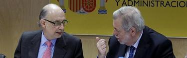 Cristóbal Montoro y Antonio Beteta durante el Consejo de Política Fiscal. |Efe