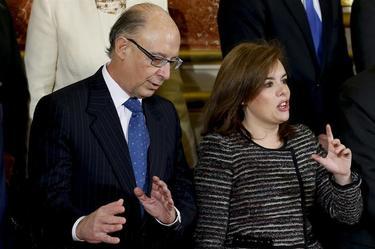 Cristóbal Montoro, junto a Soraya Sáenz de Santamaría, este viernes, en el Congreso. | EFE