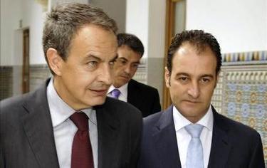 El marido de Susana Díaz junto a Zapatero | EFE