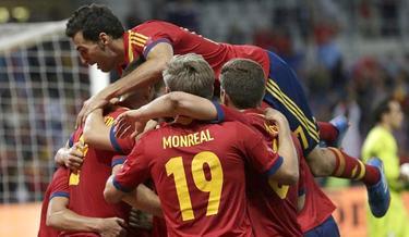 Los jugadores españoles felicitan a Navas por su gol ante Chile en el descuento. | EFE
