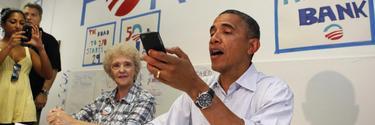 Obama intentando llamar con el iPhone.   Cordon Press/Reuters