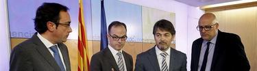 Oriol Pujol, rodeado de dirigentes de CDC, en cu comparecencia ante la prensa. | EFE