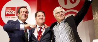 García-Page (c), con Barreda y Bono, tras ser elegido secretario general   Efe