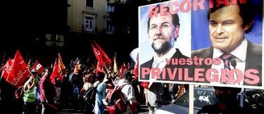 Pancarta contra Rajoy y Artur Mas en una de las miles de manifestaciones de 2012 | Archivo/EFE