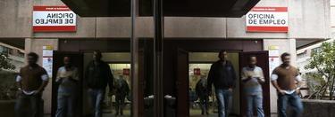 Varias personas salen de una oficina de empleo. | Efe
