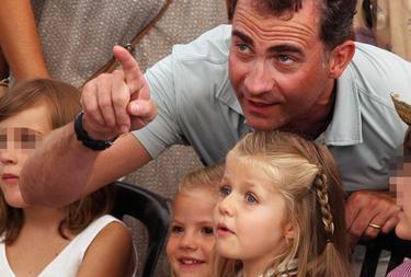 El Príncipe, junto a sus hijas en una foto de archivo