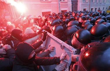 La policía ha cargado con dureza contra los manifestantes pro-europeos. | EFE