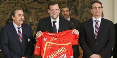 Rajoy recibió este lunes a la selección de balonmano.   EFE