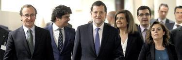 Rajoy, en el pleno, con ministros y diputados del PP.