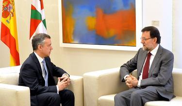 Rajoy despacha con Urkullu, con la bandera española y vasca de fondo | D. Crespo