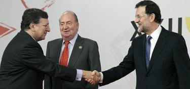 José Manuel Durao Barroso saluda a Mariano Rajoy este viernes, en Cádiz. | EFE
