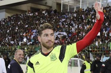 Sergio Ramos saluda al público en Guinea. | EFE