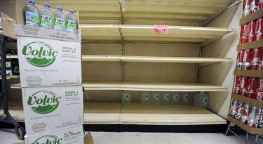 Raciones de emergencia de agua apiladas en una tienda del