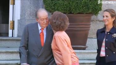 Momento del beso dela Reina al Rey delante de la prensa | Telecinco