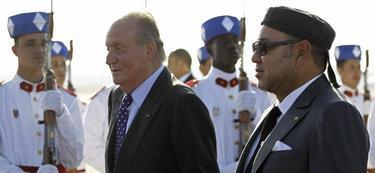 El rey recibido por Mohamed VI a su llegada a Rabat   EFE