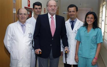 El Rey con el equipo del doctor Villamor   Archivo