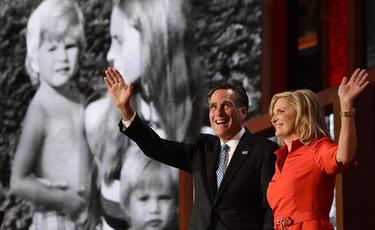 Romney y su mujer saludan al público en la Convención Republicana | EFE