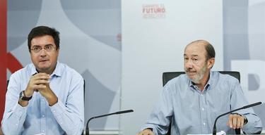 Alfredo Pérez Rubalcaba, junto a Óscar López.   EFE