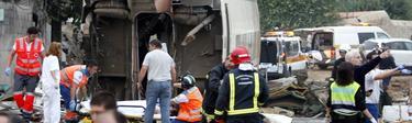 Sanitarios y bomberos trabajando en la zona del accidente | Cordon Press