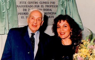 Ochoa junto a su secretaria Rosario Martín Rodríguez en una inauguración
