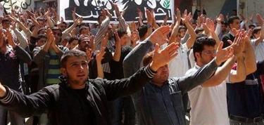 La oposición manifestándose en Binnish, cerca de Idlib   Efe