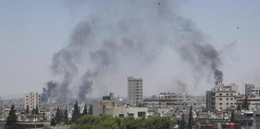 a columna de humo saliendo de un área residencial en la ciudad de Homs este martes | Efe