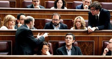 , Alfredo Pérez Rubalcaba (i), conversa con el diputado de su partido Juan Moscoso durante el pleno del Congreso . | EFE