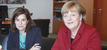 La vicepresidenta, con Merkel, en Berlín | Moncloa