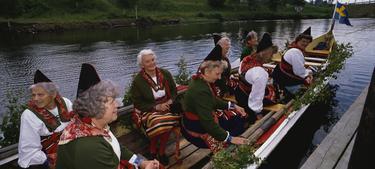 Varias mujeres celebran en un bote el solsticio de verano.   Corbis