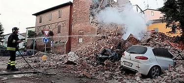 Un bombero trabaja junto a los escombros de un edificio | EFE