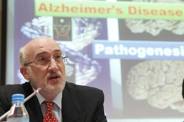 El doctor Ramón Cacabelos explicando su investigación para prevenir el alzheimer.  | EFE