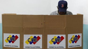 Un venezolano, este domingo, mientras decidía su voto. | Cordon Press